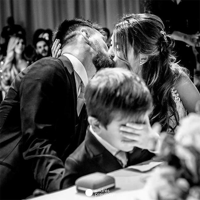Trong khi đó, bà xã Antonella của tiền đạo Messi chia sẻ bức ảnh hai người hôn nhau còn cậu con trai cả Thiago che mắttrong đám cưới mùa hè 2018.