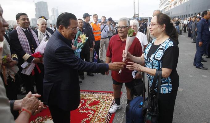 Thủ tướng Campuchia Hun Sen tặng hoa hồng cho hành khách trên tàu du lịch Westerdam khi nhập cảnh Campuchia vào ngày 14/2/2020. Ảnh EPA-EFE.