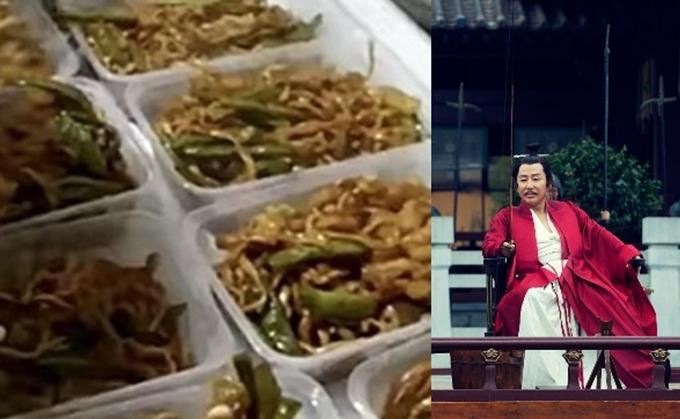 Bữa ăn đơn giản với mỳ xào của phim Khánh dư niên.