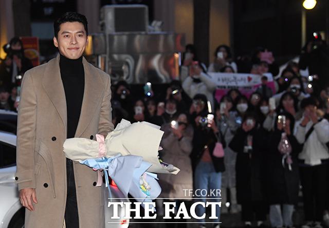 Xuất hiện gần như cuối cùng tại sự kiện, Hyun Bin chiếm trọn tâm điểm. Hơn hai tháng phim phát sóng, khán giả nữ tại Hàn Quốc, Việt Nam, Trung Quốc yêu thích anh cuồng nhiệt bởi đẹp trai, diễn hay. Họ còn coi vai diễn đại úy Ri Jung Hyuk anh thể hiện là người tình trong mộng.