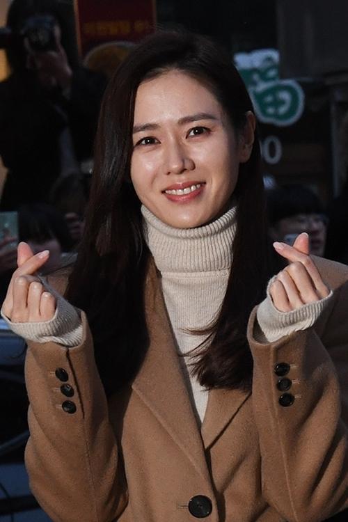 Người đẹp bắn tim với ống kính phóng viên. Các fan liên tục gọi tên cô và gọi tên nhân vật Yoon Se Ri cô đóng.