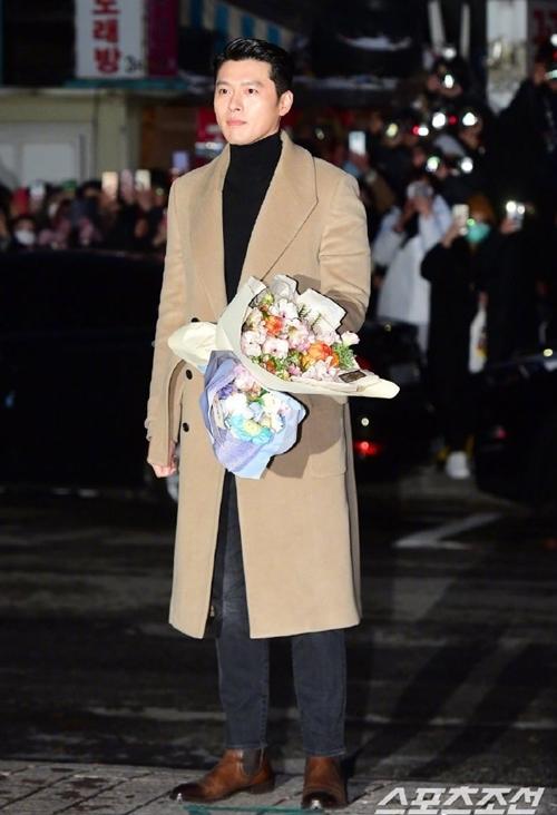 Tài tử 38 tuổi diện bộ đồ giống các trang phục anh hay mặc ở bối cảnh Hàn Quốc những tập cuối của phim. Nhiều fan nhận xét, anh và Son Ye Jin mặc đồ giống tình nhân. Fan liên tục đặt vào tay anh hoa và gấu bông.