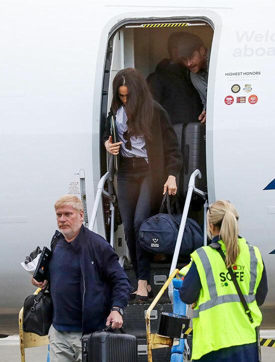 Lần này, vợ chồng nhà Sussex chọn đi máy bay chở khách thông thường thay vì máy bay riêng.