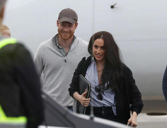 Cả hai liên tục nở nụ cười khi đặt chân xuống đường băng. Cặp vợ chồng dường như không quan tâm đến thị phi trong suốt thời gian qua và đã có chuyến làm việc tại Mỹ thành công.