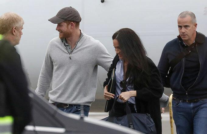 Không có dấu hiệu của bé Archie, con trai đầu lòng của vợ chồng Harry - Meghan, trong chuyến đi lần này. Cậu bé đang được chăm sóc tại biệt thự 14 triệu USD trên bán đảo thuộc Vancouver để bố mẹ bắt tay thực hiện các dự án kinh doanh mới kể từ sau khi rút khỏi hoàng gia với tư cách thành viên cao cấp.