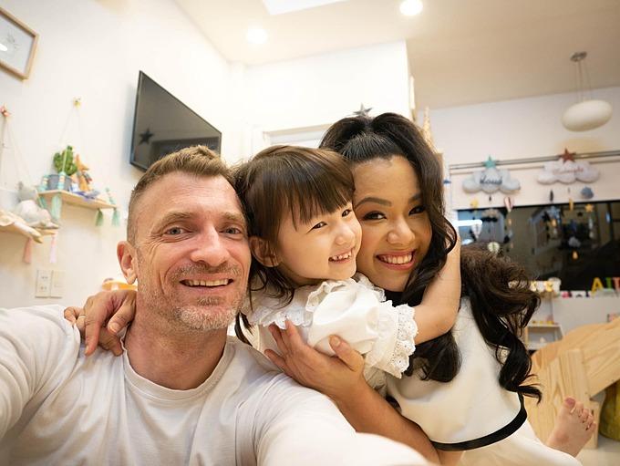 Phương Vy có cuộc sống viên mãn bên chồng và con gái.