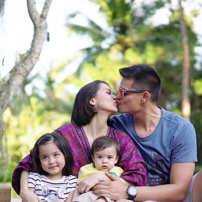 Marian Rivera bên chồng và hai con trong kỳ nghỉ mới đây.