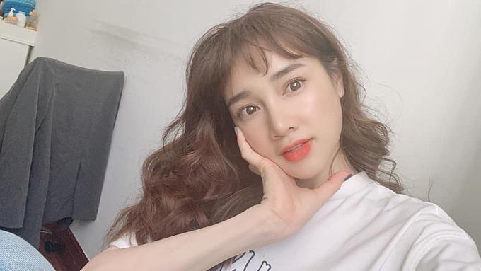 Nhã Phương để tóc kiểu bà thím khi tham gia một dự án mới và hỏi fanthấy kiểu tóc này có hợp với cô không.