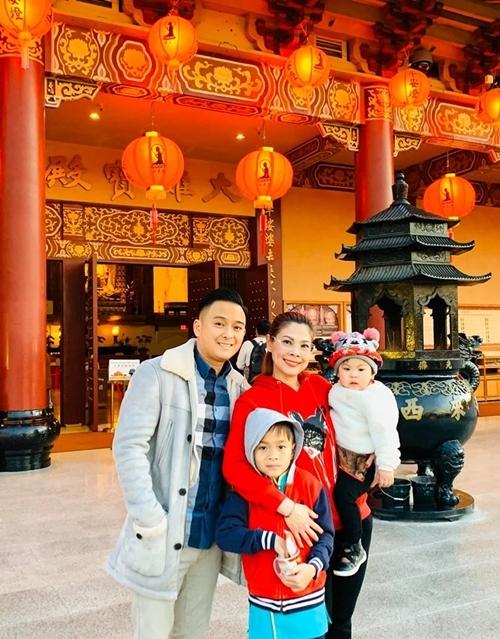Dịp Tết 2019, nữ ca sĩ đưa các con đi chùa để cảm nhận nét văn hóa Việt trong những ngày đầu năm mới. Bé Talia và Jacky Minh Trí thích thú khi được mẹ cho mặc áo dài đi chợ Tết, đi lễ chùa.