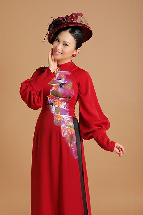 Khi còn ở Việt Nam, Hà Phương từng tích cực đi hát với chị gái Cẩm Ly và em gái Minh Tuyết. Tuy nhiên, từ khi kết hôn với tỷ phú Chính Chu vào năm 2002, cô thỉnh thoảng mới xuất hiện vì muốn dành trọn thời gian cho gia đình. Chồng cô là một tỷ phú Chính Chu,nổi tiếng không chỉ ở Mỹ mà còn trên thế giới. Anh từng đóng vai trò quan trọng trong các thương vụ trị giá hàng tỷ đô. Hôn nhân của hai vợ chồng Hà Phương càng viên mãn hơn khi có hai cô con gái.