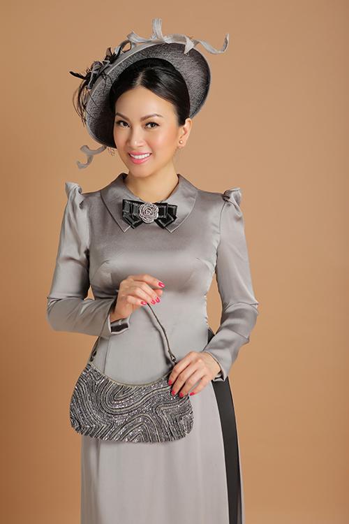 Mỗi chiếc nơ cài cổ áo cũng được lựa chọn tỉ mỉ để hoàn toàn ăn nhập với màu sắc của từng chiếc áo dài.