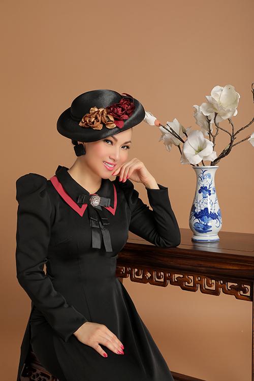 Nhân dịp về Việt Nam thăm gia đình, ca sĩ tỷ phú Hà Phương tranh thủ thực hiện một bộ ảnh làm kỷ niệm. Cô diện các mẫu áo dài cách tân trong bộ sưu tập Màu thời gian của nhà thiết kế Việt Hùng.