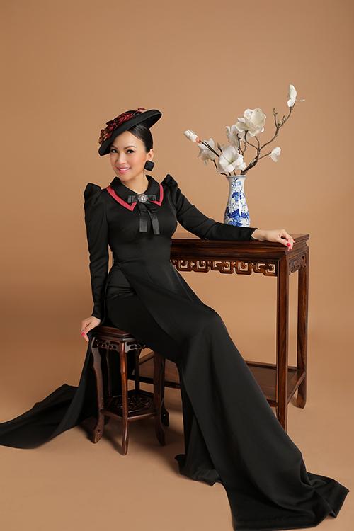 Những chi tiết cách điệu ở cổ và tay áo tạo nên điểm nhấn cho các thiết kế.