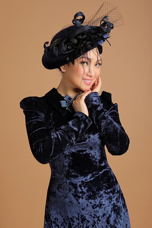 Chất liệu lụa, nhung the cao cấp được cắt may tỉ mỉ tôn lên đường cong gợi cảm của nữ ca sĩ nhưng vẫn giữ được sự nhẹ nhàng, kín đáo, ý nhị khi diện trang phục truyền thống.