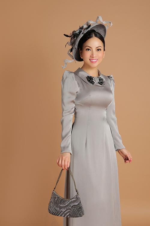 Bà xã của tỷ phú Chính Chu áp dụng nguyên tắc phối mũ 'ton sur ton' với túi xách để tạo nên tổng thể hài hòa cho bộ trang phục.