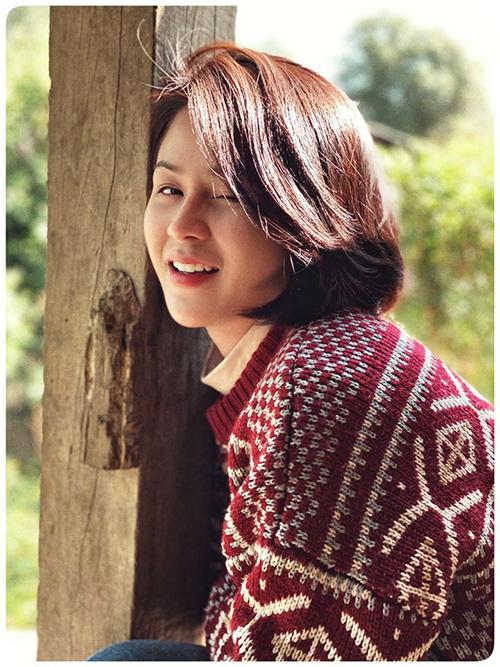 Tạo hình của Lương Thu Trang trong vai cô giáo Hoà của phim Mùa xuân ở lại.