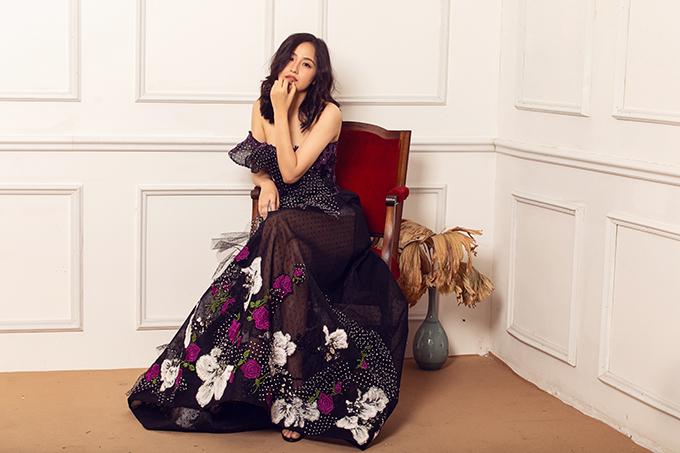 Những sắc hoa rực rỡ của mùa xuân được chắt lọc và đưa vào từng bộ váy dạ hội. Chi tiết này khiến trang phục đi tiệc của phái đẹp thêm phần bắt mắt và hợp mùa.