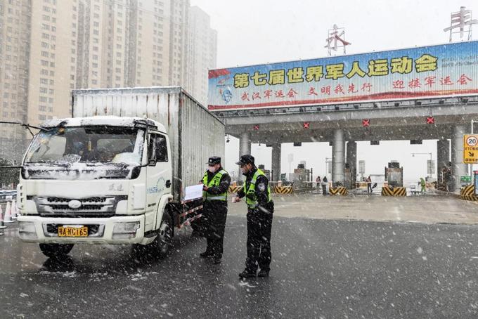Cảnh sát chốt chặn tại các tuyến đường ở Hồ Bắc hôm 15/2. Ảnh: AFP.