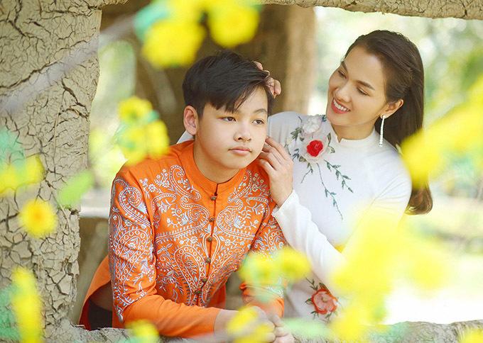 Mẹ con Anh Thư diện áo dài của nhà thiết kế Minh Châu đi chơi xuân cùng nhau. Sau ly hôn Anh Thư vẫn đi về lẻ bóng, một mình nuôi dạy bé Tiểu Long.