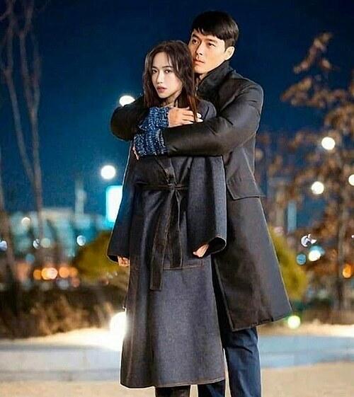 Diệu Nhi ghép ảnh tình cảm với nam diễn viên Hàn Quốc Hyun Bin (thủ vaiJung Hyuk trong phim Crash Landing On You) vànhắn nhủ: Em biết em là người đến sau, em rất mê chị(nữ chính) nhưng em vẫn yêu đồng chí Ri của em hơn. Hôm nay chia tay anh, tim em đau thắt lại, emmuốn nói với anh đôi lời trước khi từ biệt: Nhanh ra phim mới cho em cày nha anh, sa ra hê.
