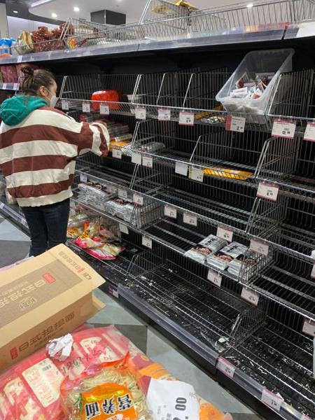 Siêu thị đối diện nhà Shramko chỉ còn ít gói mì và gia vị trên kệ. Ảnh: Kristina Shramko.