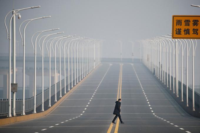 Đường phố Vũ Hán vắng tanh, hiếm người qua lại. Ảnh: Reuters.