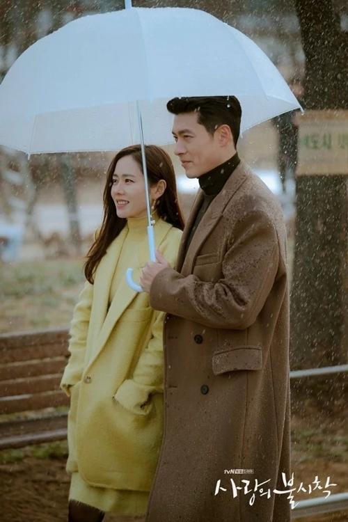 Trên phim, đây là hình ảnh được Cục Tình báo Hàn Quốc trích xuất từ camera đường phố trong quá trình điều tra Jung Hyuk. Tuy nhiên, đoàn phim vẫn tung ra bộ ảnh riêng như một món quà cho người hâm mộ.