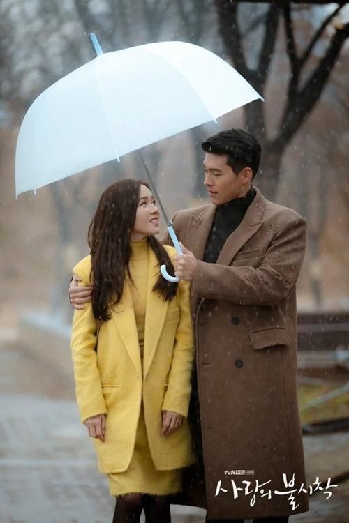 Trong cảnh phim, Jung Hyuk ân cần khoác vai, che ô cho bạn gái, luôn nhìn cô ngọt ngào và đứng chắn giữa khi có đàn ông đi gần cô.