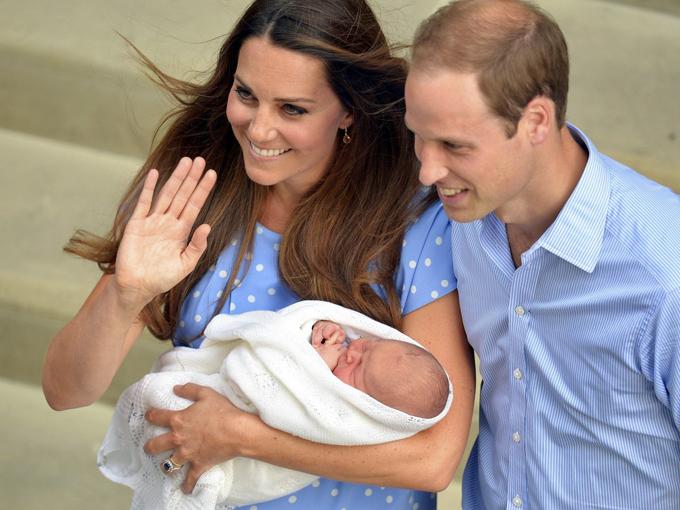 Vợ chồng Kate giới thiệu Hoàng tử George với thế giới hồi năm 2013. Ảnh: Reuters.