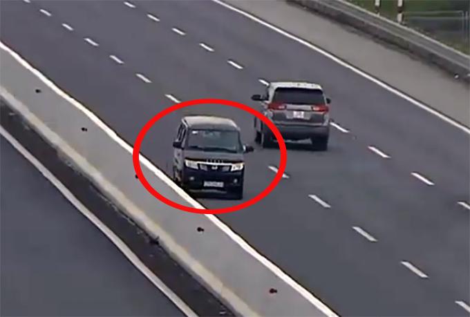 Hình ảnh chiếc xe chạy ngược chiều trên cao tốc sáng 17/2. Ảnh chụp từ clip