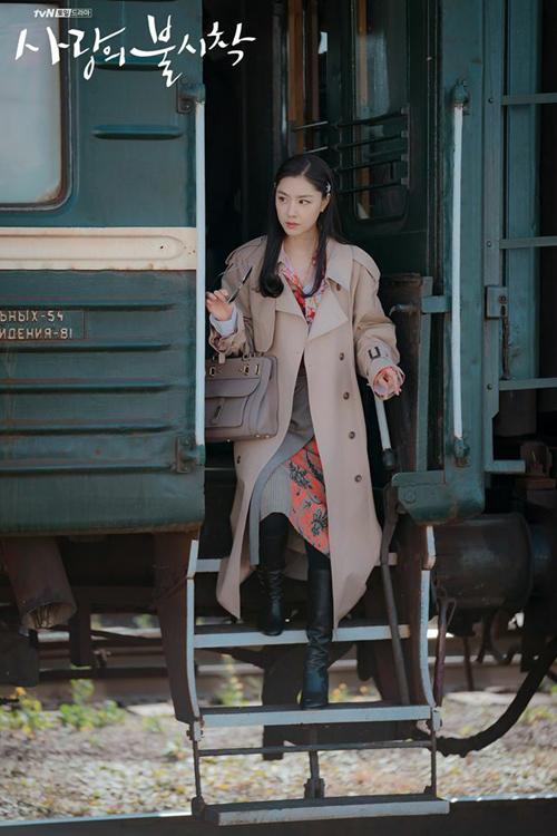 Hàng hiệu của Seo Dan trong Hạ cánh nơi anh - 2