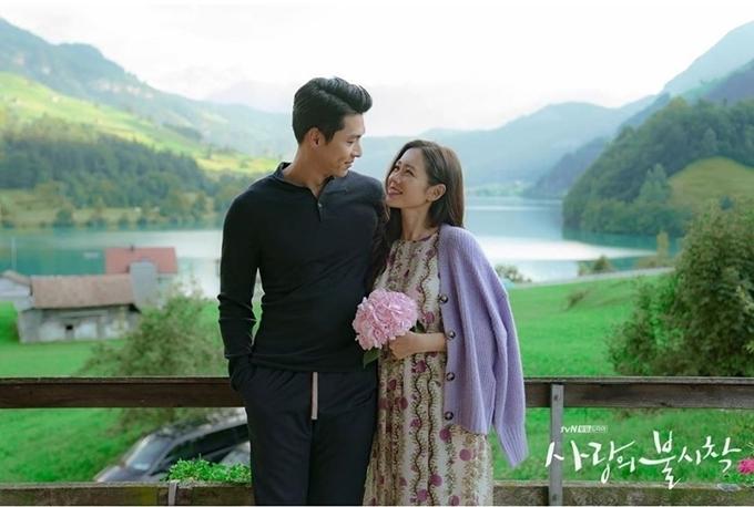 Trong ảnh, Hyun Bin và Son Ye Jin mặc đồ bình thường, nhưng Son Ye Jin cầm bó hoa và hai người ôm nhau, khoác tay thân mật, khiến các fan thích thú và gọi đây là ảnh cưới của họ.