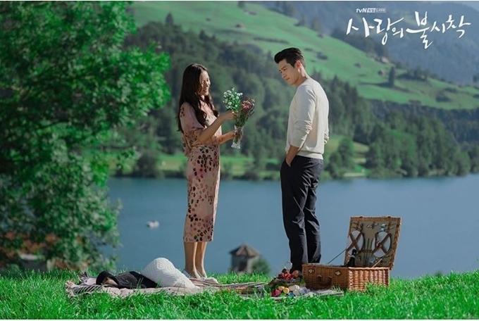 Ngoài bộ ảnh đặc biệt kể trên, đoàn phim còn hé lộ các bức ảnh hậu trường cảnh kết phim. Hai nhân vật làm picnic trên bãi cỏ nhìn thẳng ra hồ, chàng và nàng mỗi người hái một bó hoa.