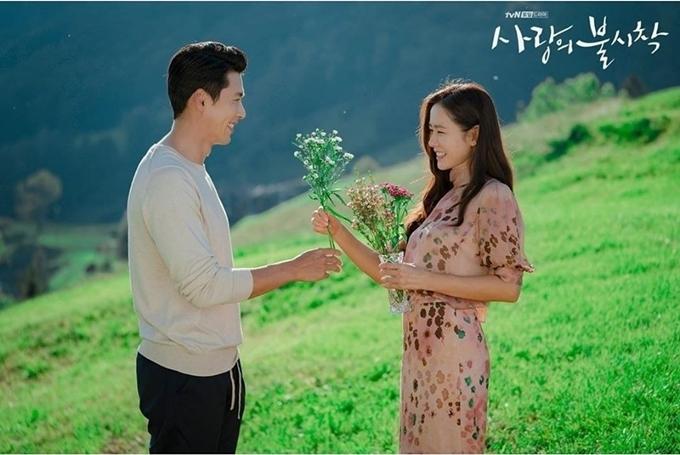 Tối 16/2, Son Ye Jin và Hyun Bin ngồi cạnh nhau cùng xem tập cuối,trong buổi tiệc đóng máy của đoàn phim. Khi tới cảnh phim cuối, họ vỗ tay và quay sang ôm nhau chúc mừng bộ phim hoàn thành.