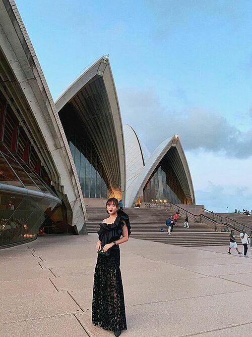 Đăng ảnh trong chuyến du lịch dài ngày ở Sydney, Australia, Văn Mai Hương hài hước viết: Con gái nên cưới nhiều chồng.Một ông rửa chén, một ông lau nhà.Một ông cứ việc tà tà.Hôm nào vợ đẹp chụp hình chơi chơi.