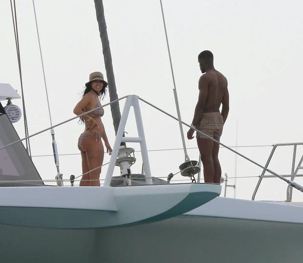 Tiền đạo Zaha và bạn gái tại Barbados. Ảnh: Sun.