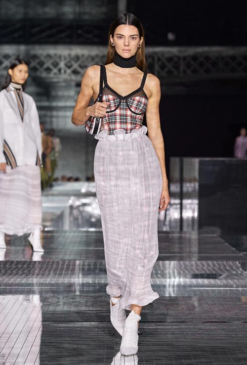 Siêu mẫu thế hệ mới Kendall Jenner cũng trở thành tâm điểm trong show Burberry. Trang phục giúp cô khai thác vóc dáng mảnh mai.