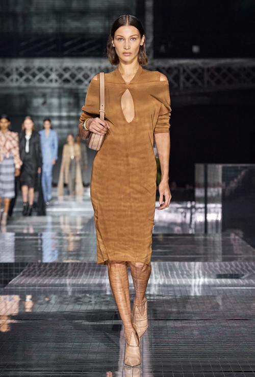 Bella Hadid - em gái Gigi - hóa quý cô hiện đại với váy áo màu camel.