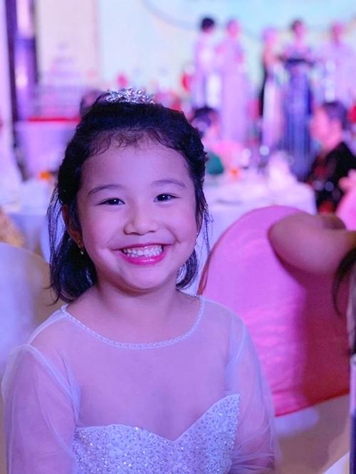 Trên trang cá nhân, Jennifer Phạm thường chia sẻ những hình ảnh dễ thương của cô bé. Nhiều khán giả nhận xét bé Na thừa hưởng nhiều nét đẹp từ bố và mẹ.