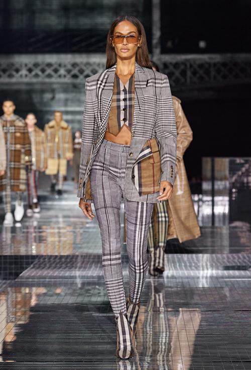 Nhiều mẫu họa tiết kẻ caro được pha trộn ấn tượng trên set đồ do Joan Smalls thể hiện.