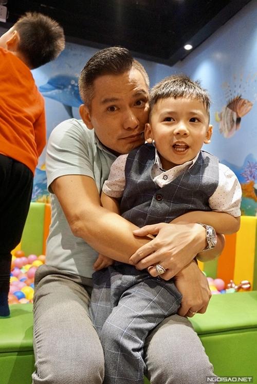 Bé Nu có nhiều nét đẹp giống bố, doanh nhân Đức Hải. Jennifer Phạm từng bị trêu đẻ thuê bởi cậu bé quá giống bố.