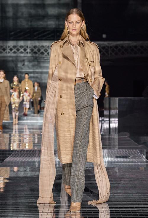 Áo choàng dáng dài thanh lịch cũng là thế mạnh suốt nhiều thập kỷ của Burberry, được mệnh danh item không bao giờ lỗi mốt, đem tới cho phái đẹp vẻ duyên dáng, sành điệu.