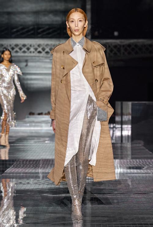 Nhà thiết kế còn sử dụng chất liệu bắt sáng để thực hiện trang phục hay nhấn nhá trên cổ, tay áo, thổi nét sinh động lên sàn runway.