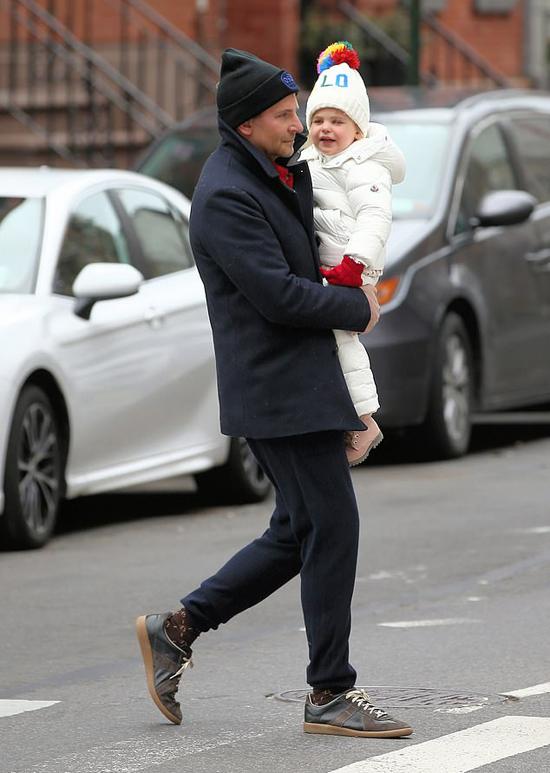 Sau vài ngày ở với mẹ, cô bé Lea được bố đón về nhà vào cuối tuần qua. Bradley và con gái mặc ấm tản bộ trên đường phố New York hôm 16/2.