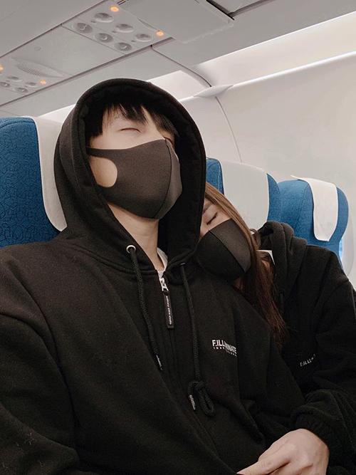 Đông Nhi - Ông Cao Thắng diện đồ đôi, cảm thấy bình yên khi tựa vai nhautrở về nhà sau chuyến du lịch Hàn Quốc.