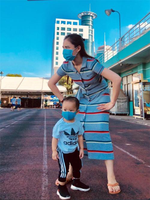 Em của mẹ lớn rồi, bảo vệ mẹ được rồi nhé, ca sĩ Giang Hồng Ngọc bình luận về bức ảnh vui nhộn bên con trai.