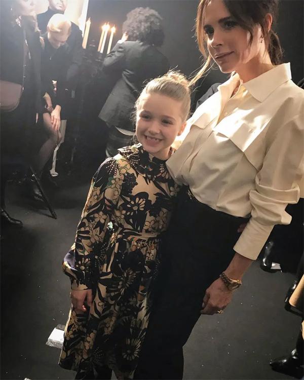 Cô nhóc 8 tuổi sau đó chụp ảnh cùng mẹ trong hậu trường show diễn.