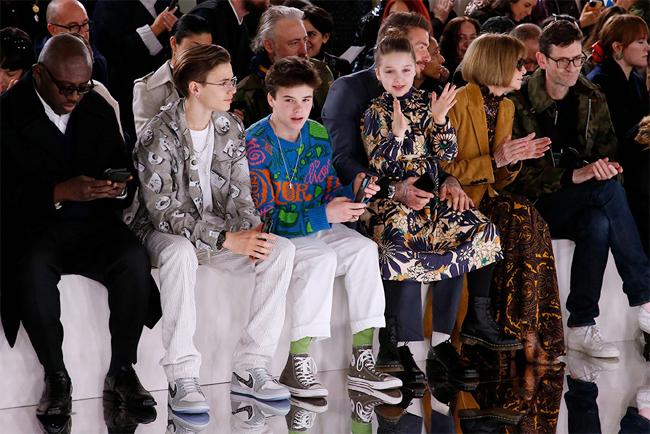 Xuất hiện trên hàng ghế đầu ngồi cạnh hai biên tập viên quyền lực của tờ Vogue, bố con Becks là tâm điểm chú ý trong buổi giới thiệu sản phẩm thời trang thu đông 2020 của Vic trong khuôn khổ Tuần lễ thời trang London cuối tuần qua.