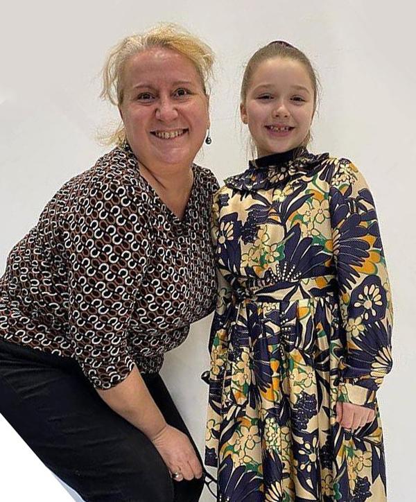 Trên trang cá nhân sau khi chồng con chiếm sóng buổi trình diễn, bà Becks đăng tải ảnh Harper chụp một mình và ảnh con gái đứng cạnh một cộng sự cùng chú thích: Chiếc váy cao cấp đầu tiên của Harper. Hôn Ruta và team VB. Harper yêu chiếc váy đầu tiên thuộc thương hiệu Victoria Beckham.