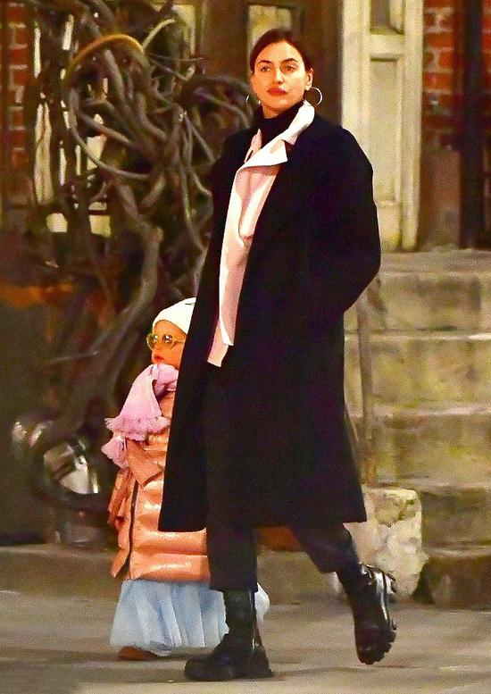 Trước đó, Irina Shayk đón lễ Tình nhân cùng con gái ở New York hôm 14/2. Sau nhiều năm, đây là lần đầu tiên người đẹp cô đơn trong ngày lễ này. Cô hẹn hò Bradley Cooper từ năm 2015 đến tháng 6/2019.